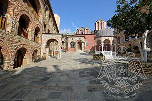 Внутренний двор монастыря с купелью