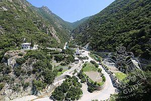 Расположение монастыря Дионисиат между скалами