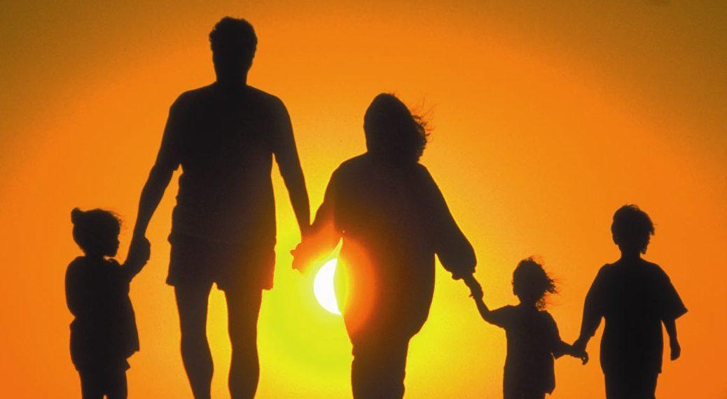 Фото семьи на закате