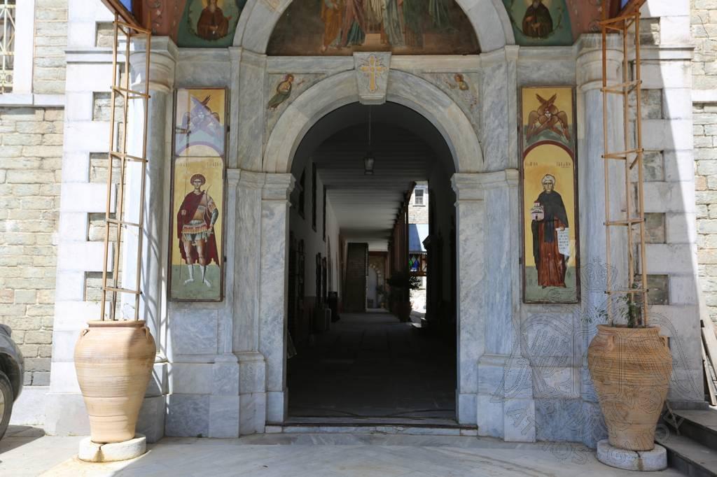 Вход в храм монастыря св. Павла на Афоне