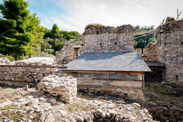 Развалины монастыря Зигу на границе монашеской республики