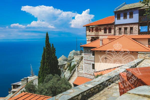 Панорамный вид, склоны Горы Афон и монастырь