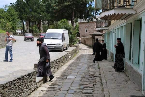Монахи в столице Афона Карьесе