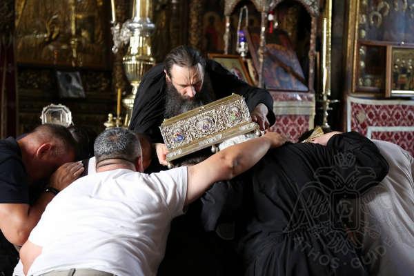 Паломники перед Поясом Пресвятой Богородицы