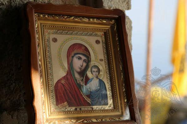 Икона Богоматери с младенцем Иисусом в храме на вершине горы Афон