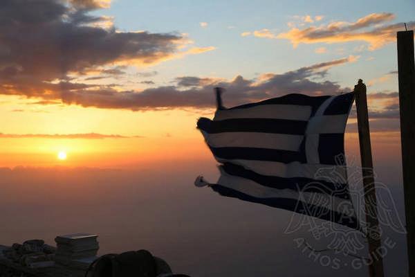 Греческий флаг на вершине Афона