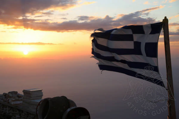 Греческий флаг развивается на вершине Святой Горы