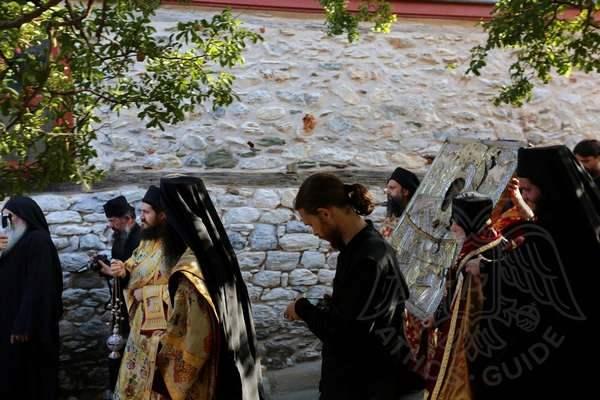 """Крестный ход монахов с иконой """"Достойно Есть"""""""