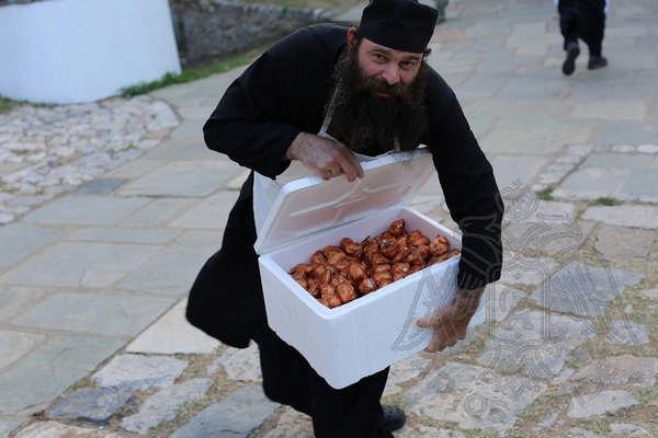 Афонский монах угощает сладостями