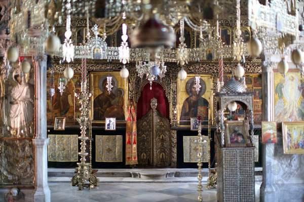 Пантократор: икона Герондисса (слева) и иконостас собора