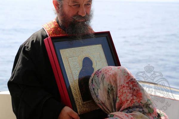 Вывоз святынь во время круиза вдоль берегов Афона