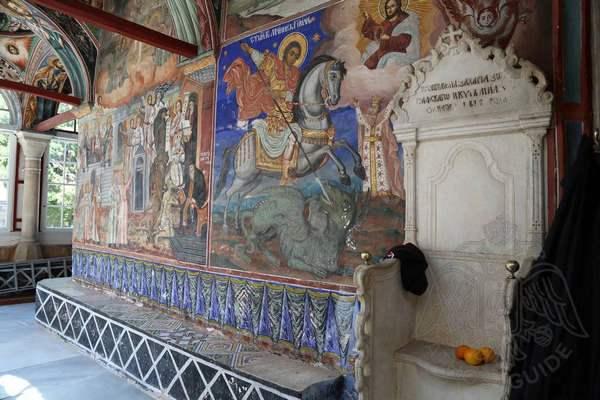 Фрески храма и мраморный трон
