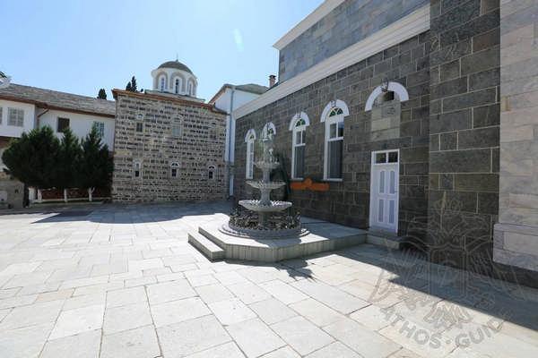 Внутренний двор Свято-Пантелеймонова монастыря