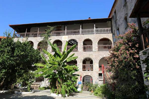 Эсфигмен, Афон: двор монастыря и пальма