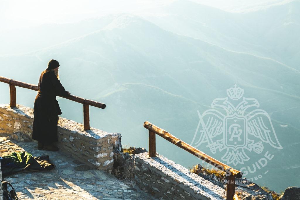 Монах на вершине Афона