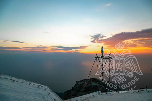 Вершина Горы Афон и крест, панорамный вид