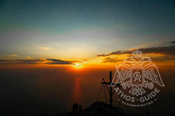 Крест на вершине Афона и панорамный вид на закате