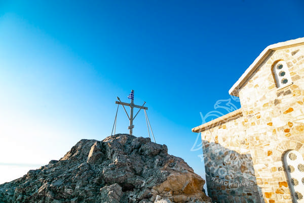 Храм и крест на вершине Афона