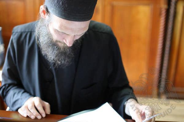 Афонский монах за чтением