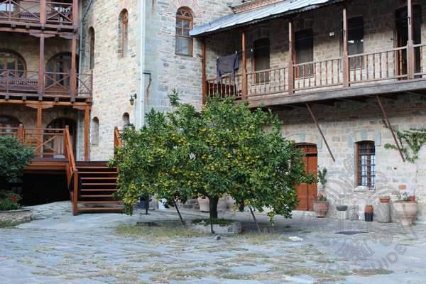 Внутренний двор монастыря Каракал