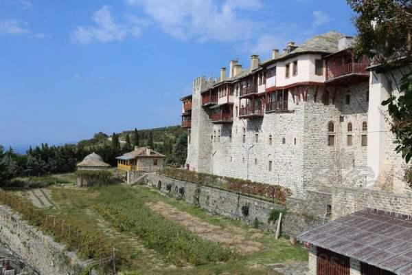 Внешние стены монастыря Ксиропотам
