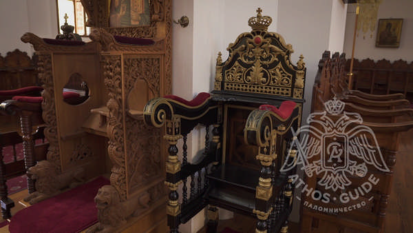 Трон в храме скита