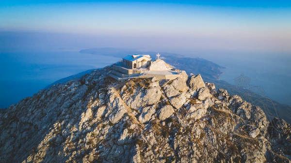 Панорамный вид с вершины Афонской Горы и храм