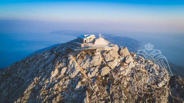 Панорамный вид на Афонский полуостров и храм на вершине