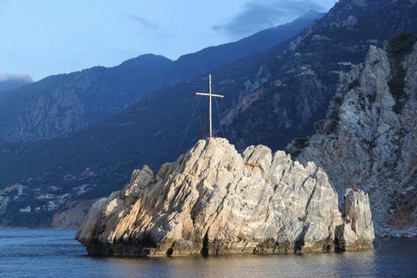 Крест у берегов Горы Афон