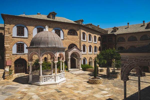 Внутренний двор монастыря Афона