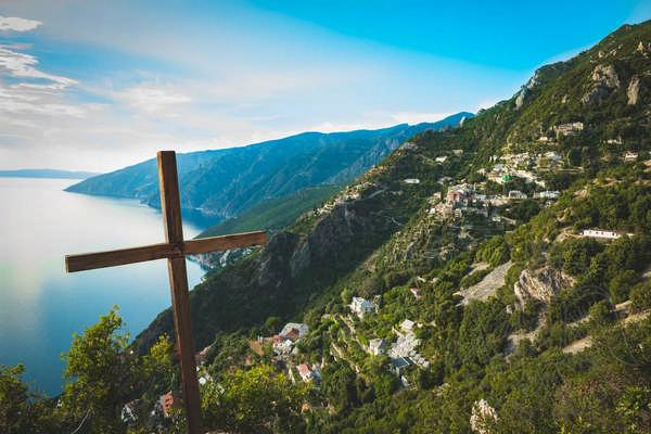 Крест и панорамный вид Афона