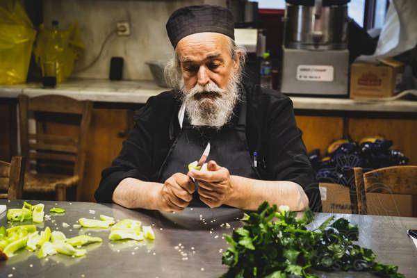 Монах за приготовлением трапезы