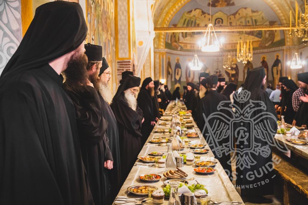 Монахи перед трапезой фото