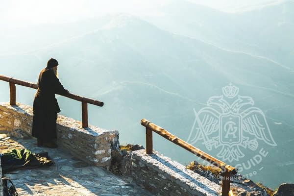 Монах смотрит на Афон с вершины