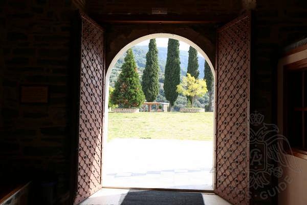 Вход в храм монастыря