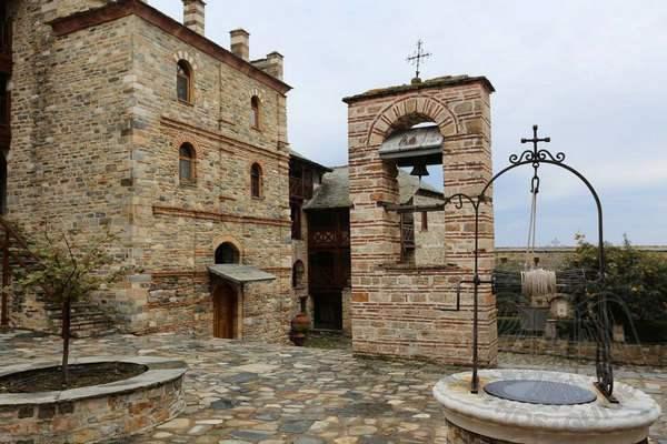 Внутренний двор и колокольня монастыря Ксенофонт