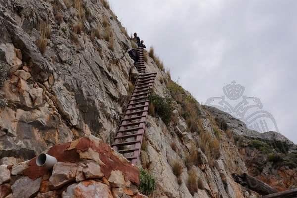 Крутой подъем по лестнице в скиту Карулья