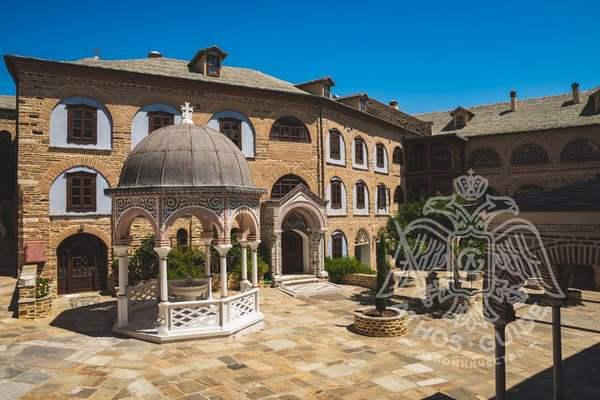Двор монастыря Пантократор с купелью