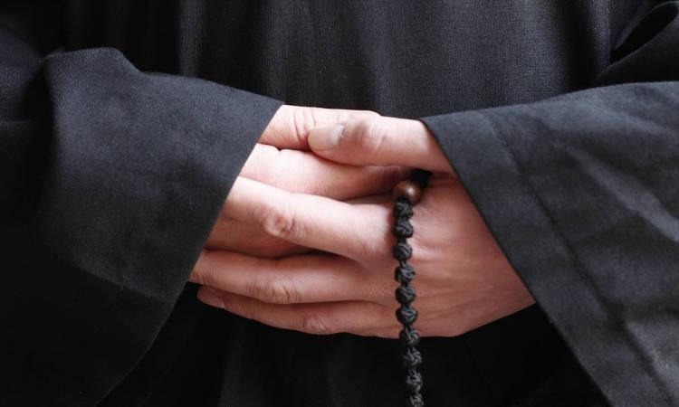 Четки в руках монаха фото