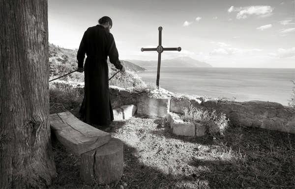 Черно-белое фото монаха Горы Афон