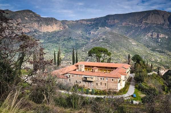 Монастырь в горах фото